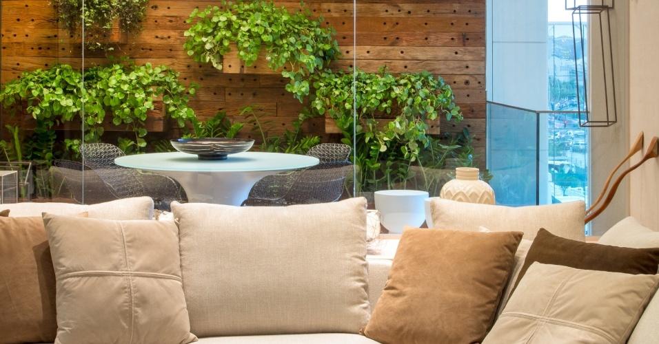 em-tons-claros-o-loft-com-varanda-de-85-m-e-desenhado-por-luiz-fernando-grabowsky-uma-mesa-para-refeicoes-e-uma-parede-verde-projeto-da-paisagista-adriana-fonseca-compoem-a-area-1415367787116_956x500