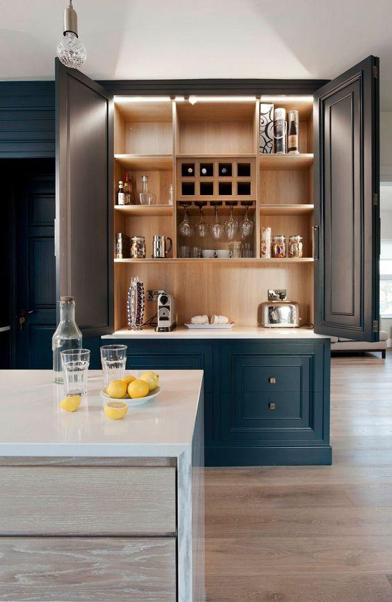 armário da cozinha com iluminação em LED