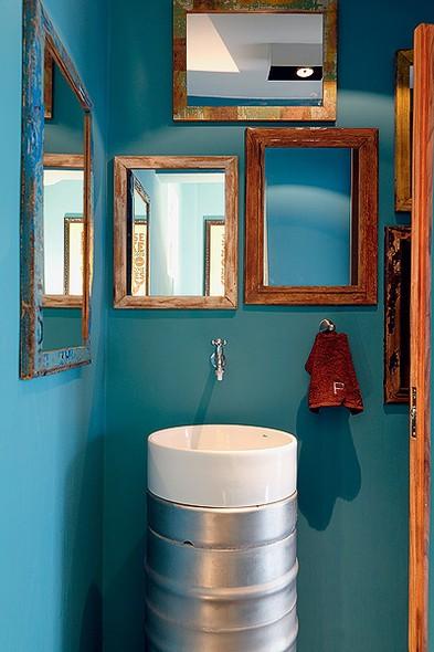 azul petroleo no banheiro e lavabo